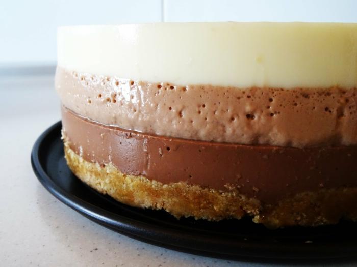 como hacer tarta de tres chocolates clásica, corteza de galletas con mantequilla, tres cremas de chocolate