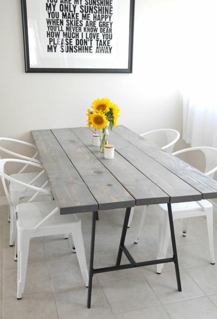 simples y bonitas ideas de centros de mesa de comedor, comedor decorado en estilo escandinavo con flores en la mesa