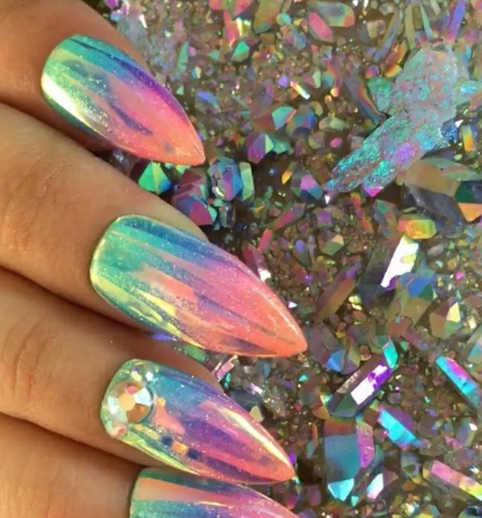 uñas super largas con esmalte metálico y piedras decorativas, uñas acrilicas decoradas