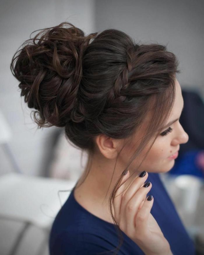las mejores propuestas de peinados pelo largo, peinado elegante con pelo trenzado y bollo grande