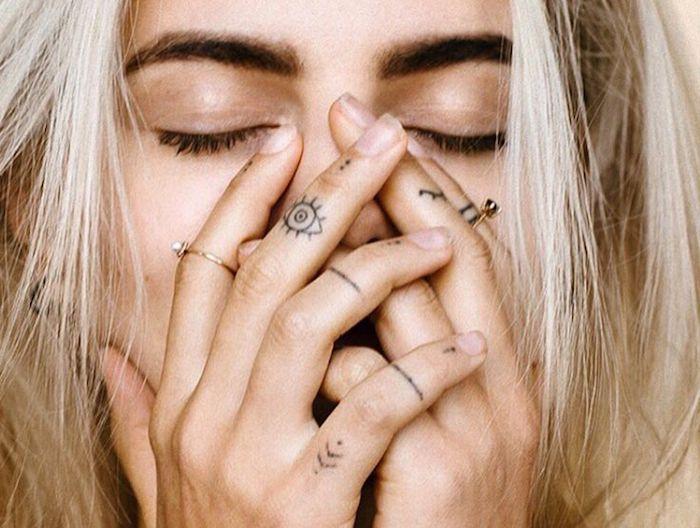 detalles tatuados en los dedos, tatuajes pequeños para dedos en bonitas fotos, diseños de tattoos minimalistas