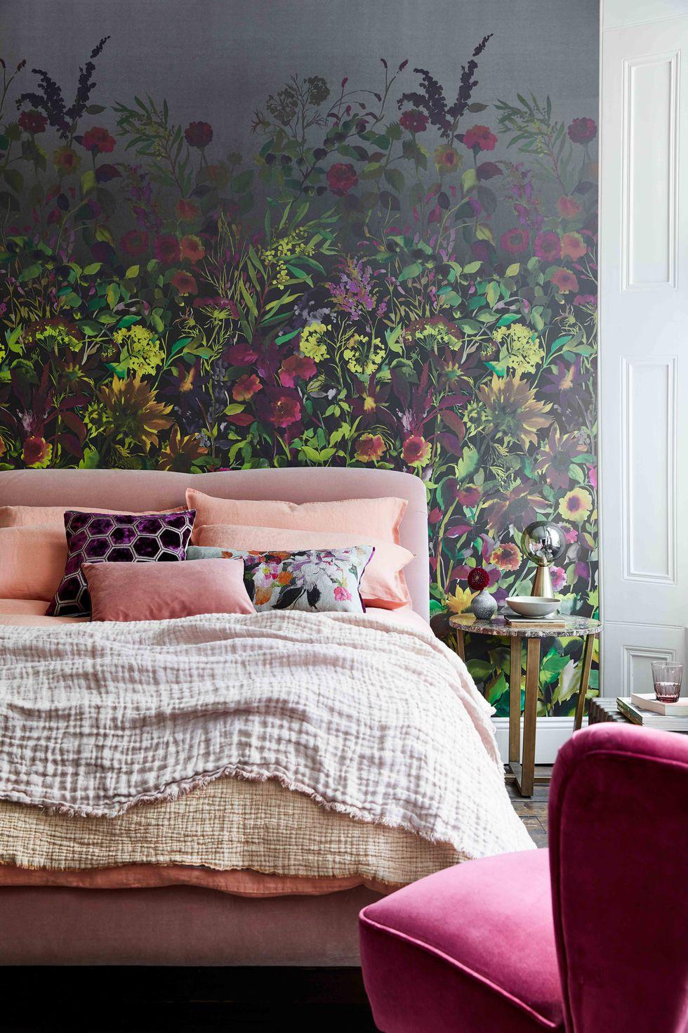 preciosas ideas de decoración de dormitorios de matrimonio modernos, paredes papel pintado con motivos florales