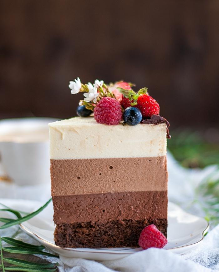 ideas de tarta de fresas y chocolate, tarta a los cuatro chocolates con frutas rojas frescas