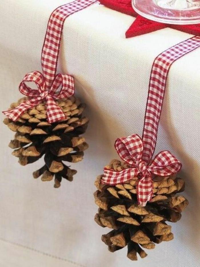 ideas simples y bonitas de decoracion mesas navidad, piñas adornadas con cintas en blanco y rojo