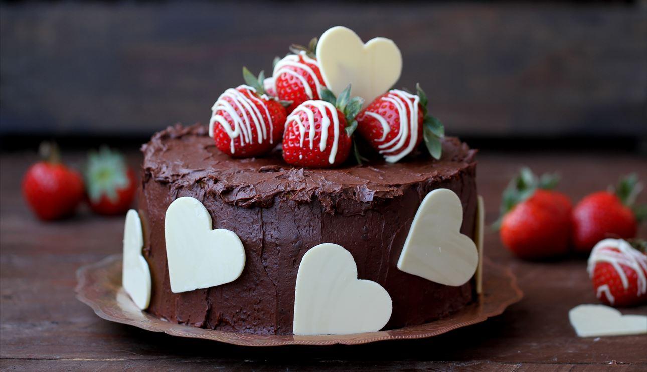 magníficas ideas de decoración de tartas, tarta a los tres chocolates adornada de corazones de chocolate blanco