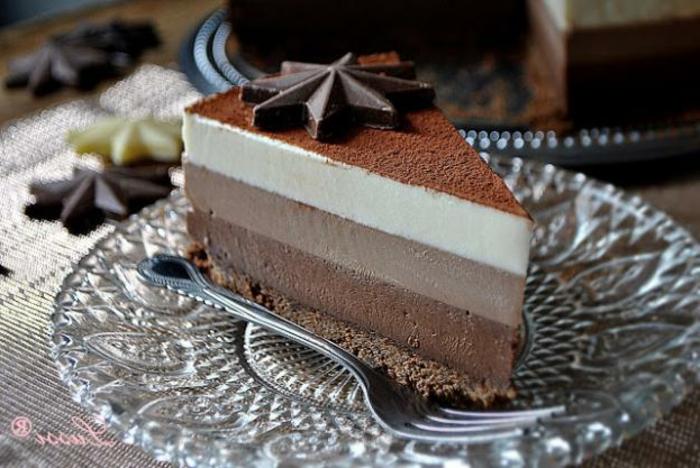 como hacer tarta de tres chocolates de presentación original, tarta mousse chocolate negro, blanco, chocolate con leche