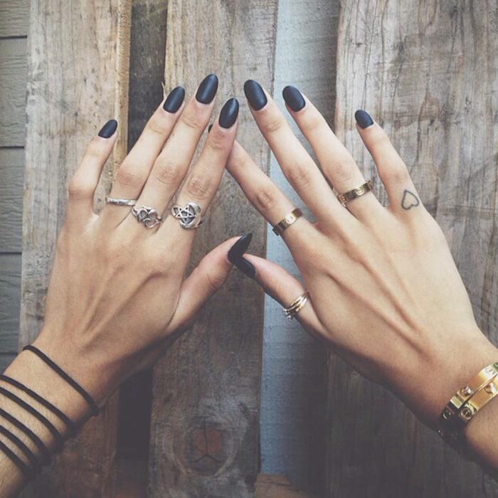 tatuajes dedos mujer inspiradores, pequeño corazón tatuado en el dedo minique, tattoos bonitos
