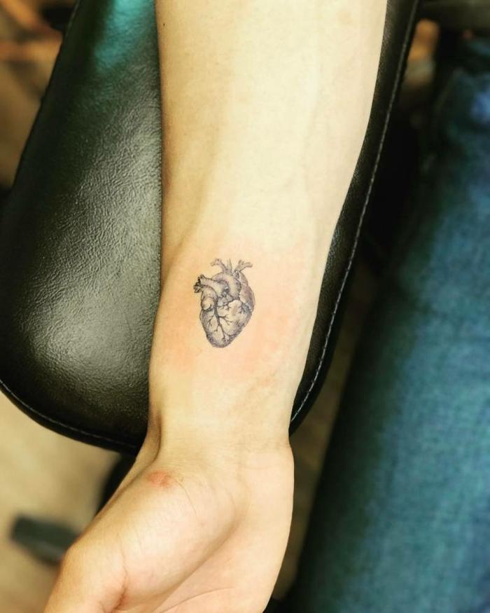 tatuajes para hacerse en pareja, tattoo de corazón anatómico en la muñeca, tatuajes originales en fotos
