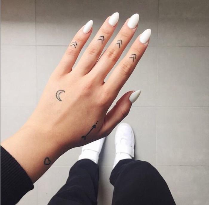 las mejores propuestas de tatuajes geométricos minimalistas, tatuajes dedos mujer originales