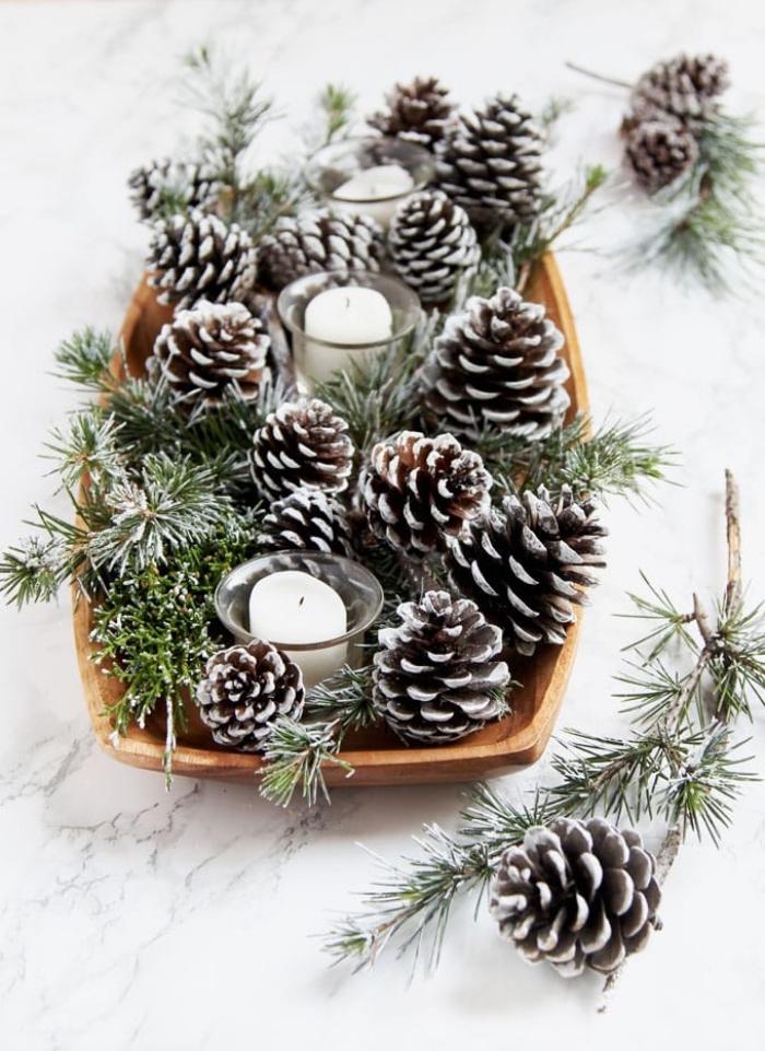 ideas originales de decoracion de mesa navideña con materiales reciclados, centro de mesa con piñas