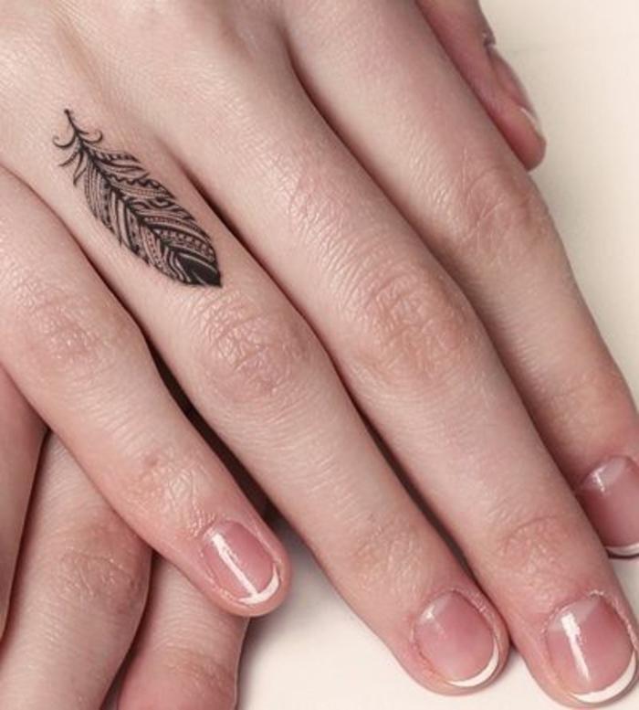 tatuajes con pluma bonitos diseños, tatuajes dedos mujer con fuerte significado, tattoo pluma símbolo de la libertad