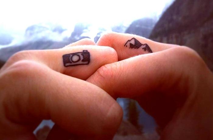 propuestas de tatuajes en los dedos hombres y mujer, tatuajes para parejas super originales en imagines