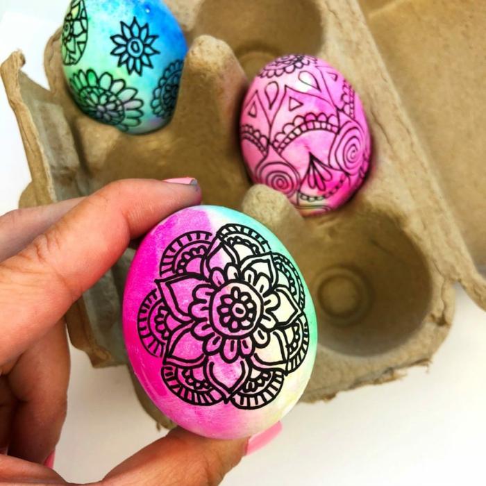 bonitas propuestas de arte en huevos de Pascua, huevos coloridos decorados con pinturas y marcador negro