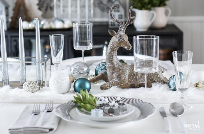 ideas de decoracion de mesa navideña en colores claros y estilo escandinavo, candelabros vintage