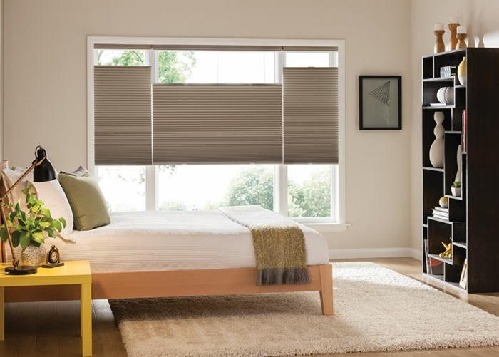 decoración de dormitorio en estilo minimalista, cama doble, suelo de parquet con alfombra peluda