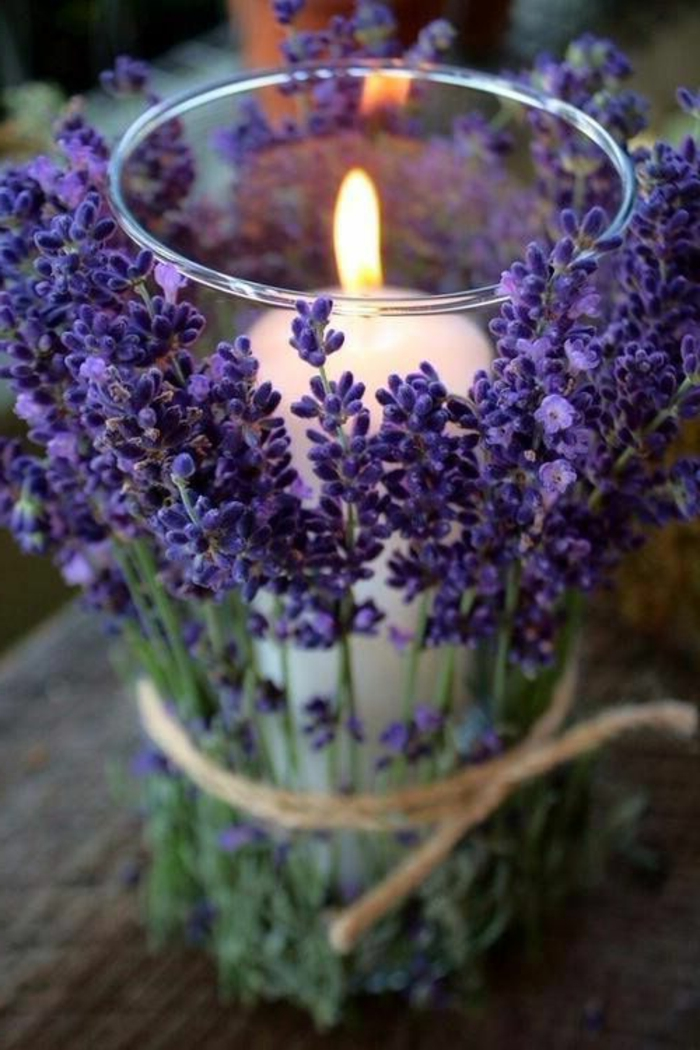 cómo hacer centros de mesa DIY con materiales naturales, candelabro original decorado de flores