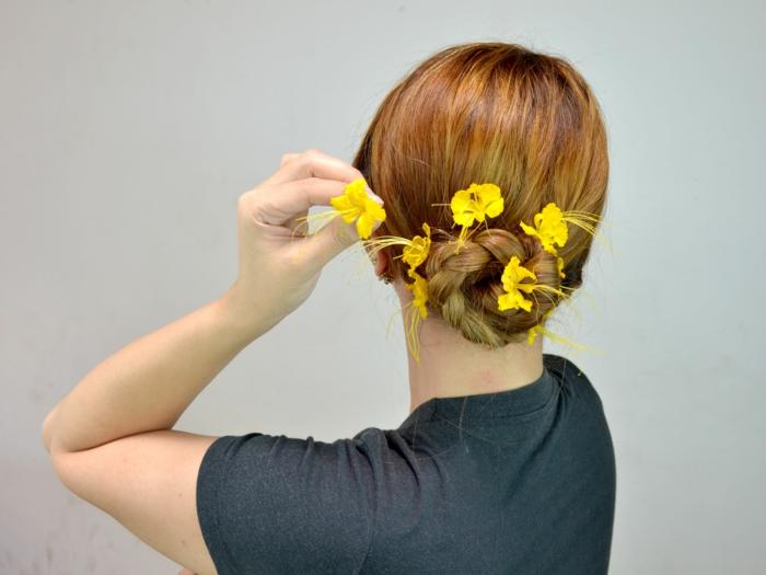 precioso ejemplos de moños bajos despeinados, bollo trenzado super bonito decorado con flores