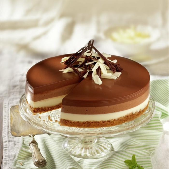 ideas originales como hacer tarta de tres chocolates, decoración con ralladura de tres chocolates