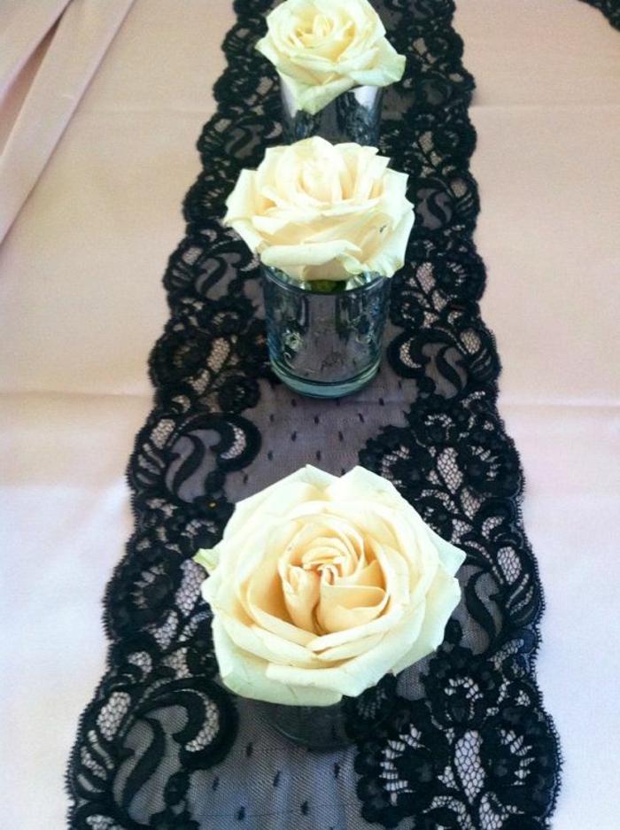 decoracion mesas navidad y ideas para fiestas en casa, decoración mesa trozo de encaje negro, rosas blancas