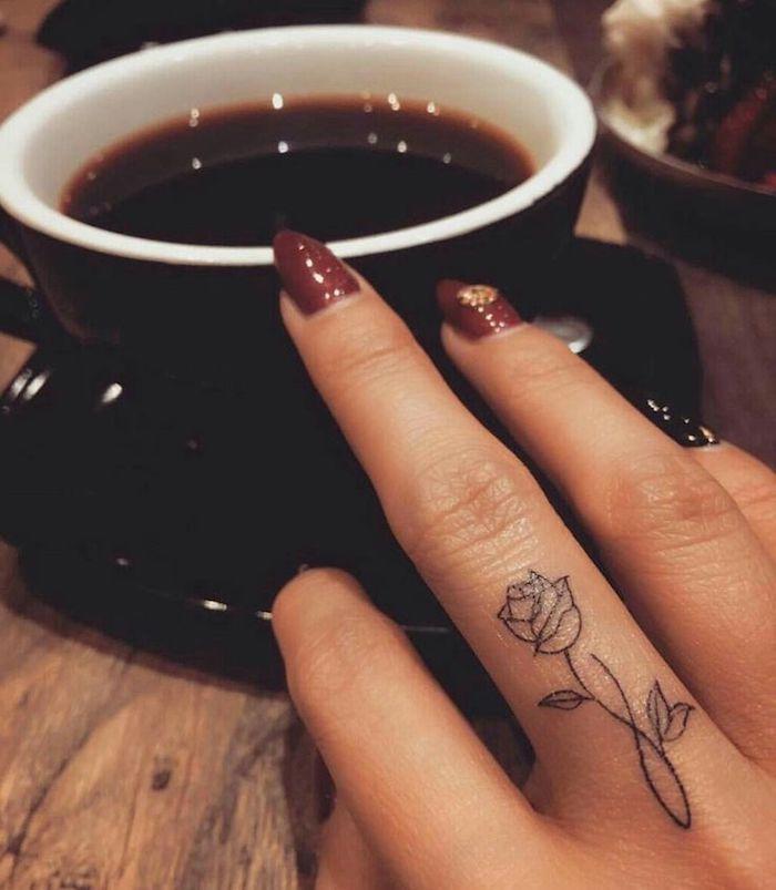 tatuajes con flores pequeños, ideas super bonitas de tatuaje rosa, tatuajes en los dedos mujer