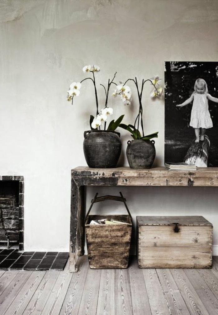 decoración moderna y encantadora en estilo rústico, paredes en color blanco, suelo de parquet y flores