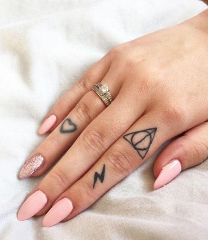tatuajes en los nidillos, ideas de tatuajes inspirados en libros y películas, tatuajes Harry Potter