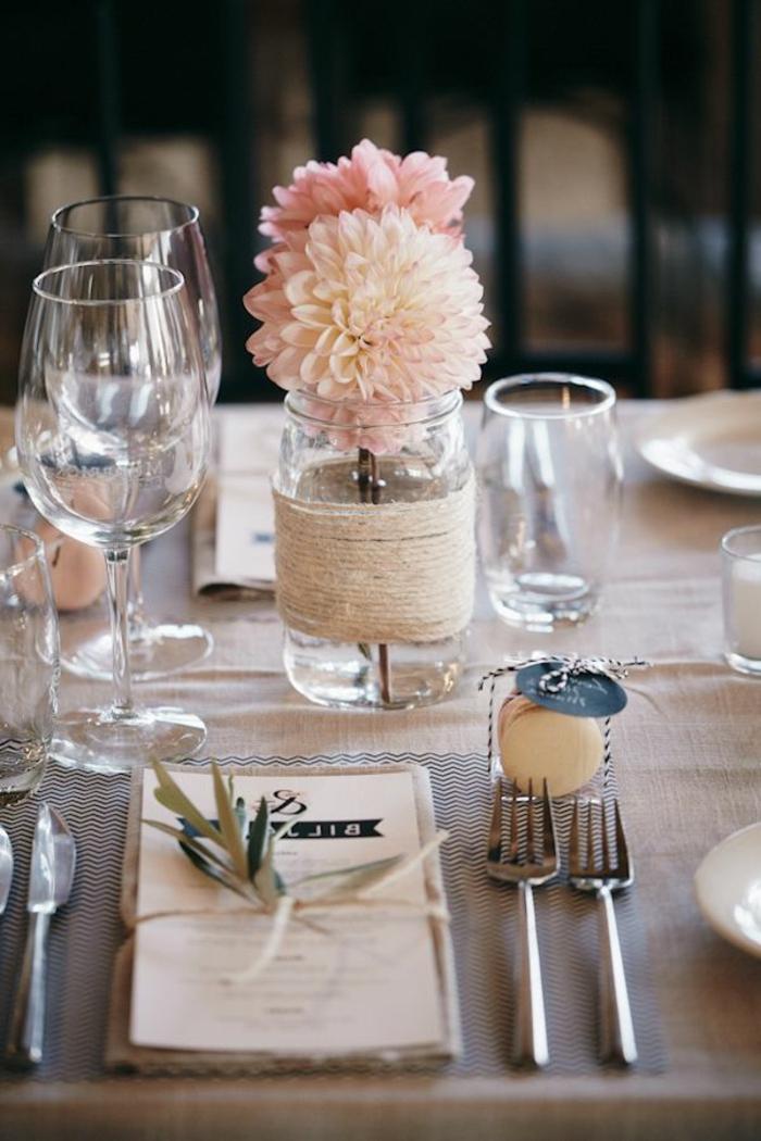 simples trucos para decorar una mesa, florero DIY con hilo y bonitas flores, decoración mesa original