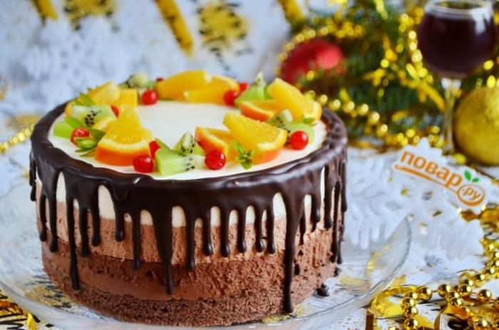 tarta de chocolate y nata a los tres chocolates adornada de frutas exóticas, tartas caseras fáciles de hacer