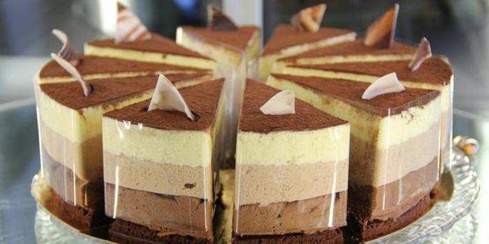 la mejor presentación de tarta de tres chocolates, ideas tarta de chocolate y nata, cocoa el polvo