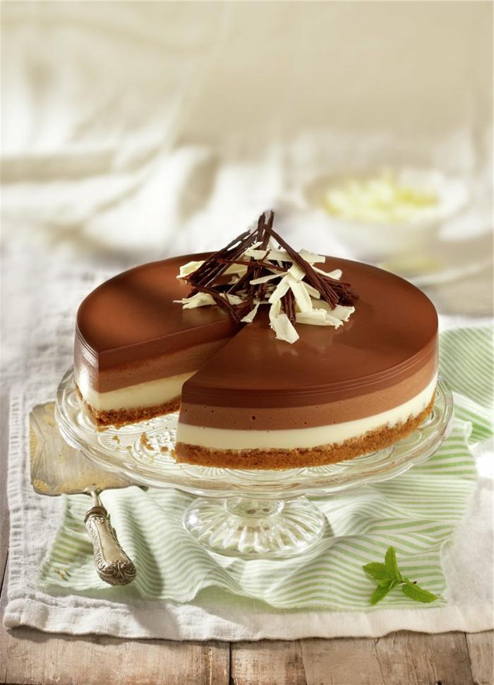 tarta de chocolate y nata con gelatina, como hacer tartas ricas paso a paso, decoración ralladura de chocolate