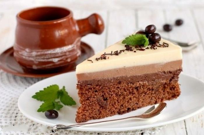 la mejor presentación de tarta de tres chocolates, bombones de chocolate negro y hojas de hierbabuena fresca