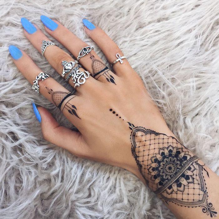 preciosas propuestas de tatuajes con henna negra, diseños de tatuajes en los dedos para mujer