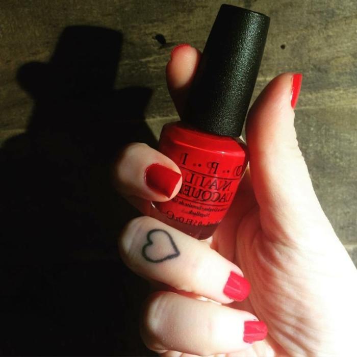 tatuajes en el dedo simbólicos, tatuaje corazón en el dedo corazón, ideas de tatuajes pequeños mujer