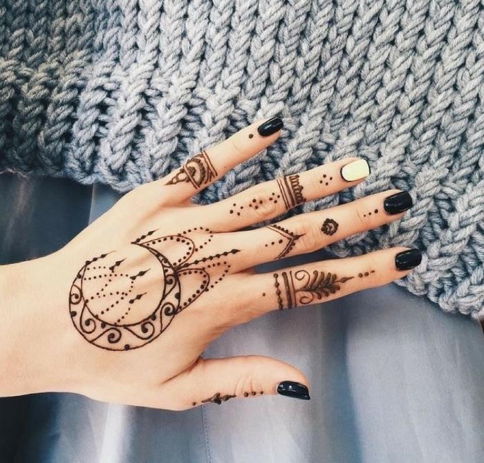 tatuajes en los nidillos y los dedos con henna, dise;os inspiradores para mujeres, tatuajes bonitos fotos