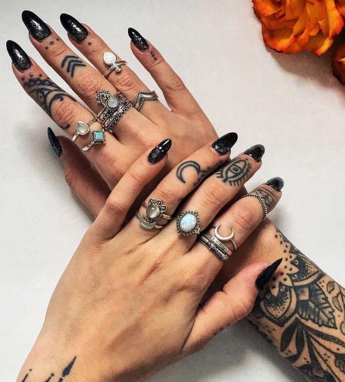 preciosas propuestas de tatuajes dedos mujer, pequeños símbolos en negro tatuados en los dedos