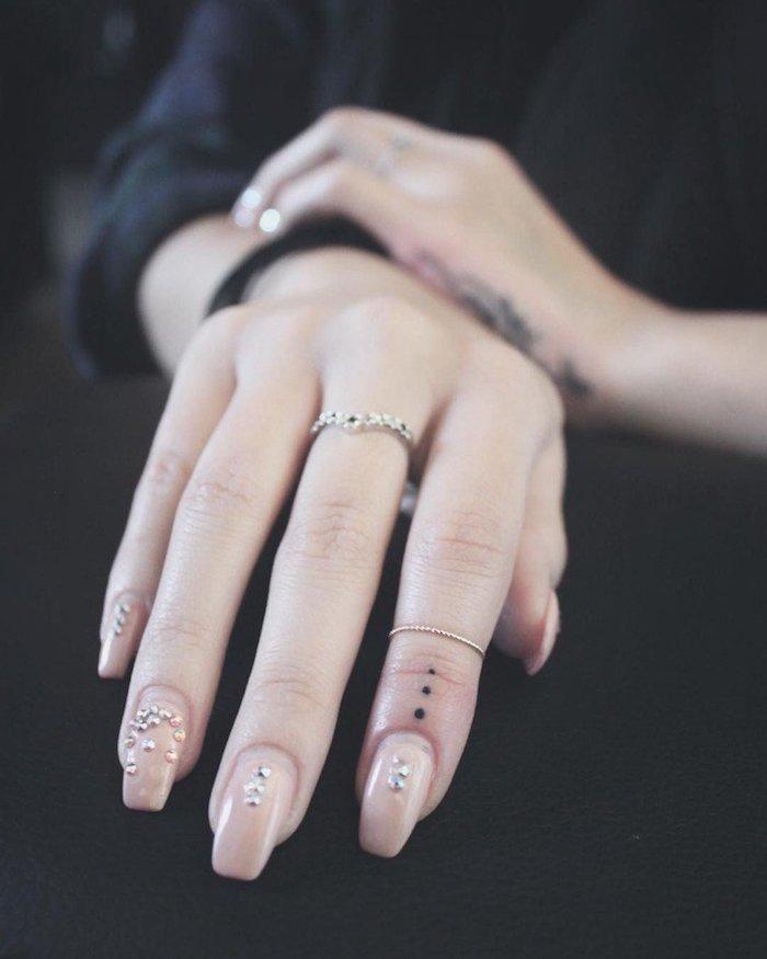 adorables diseños de tatuajes en los dedos mujer en estilo minimalista, tres puntos tatuados en el dedo índice