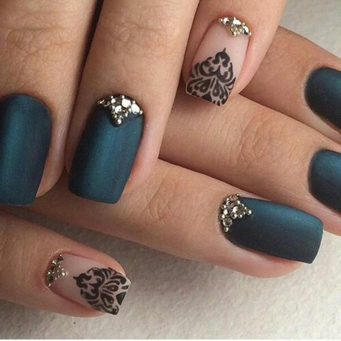 uñas largas en color verde oscuro, uñas decoradas con detalles en negro, uñas decoradas con cristales