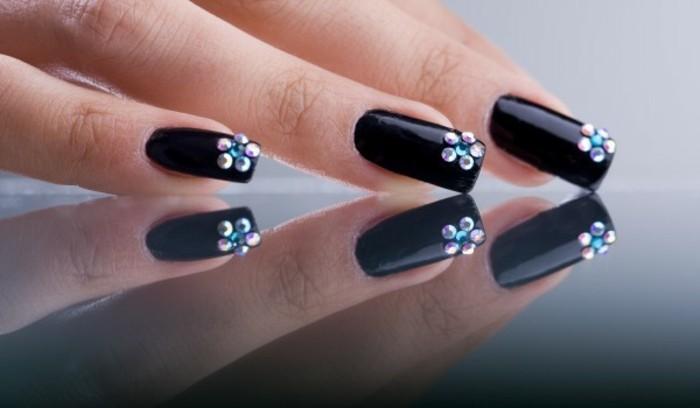 diseños de uñas decoradas con piedras, uñas largas pintadas en negro con cristales coloridos