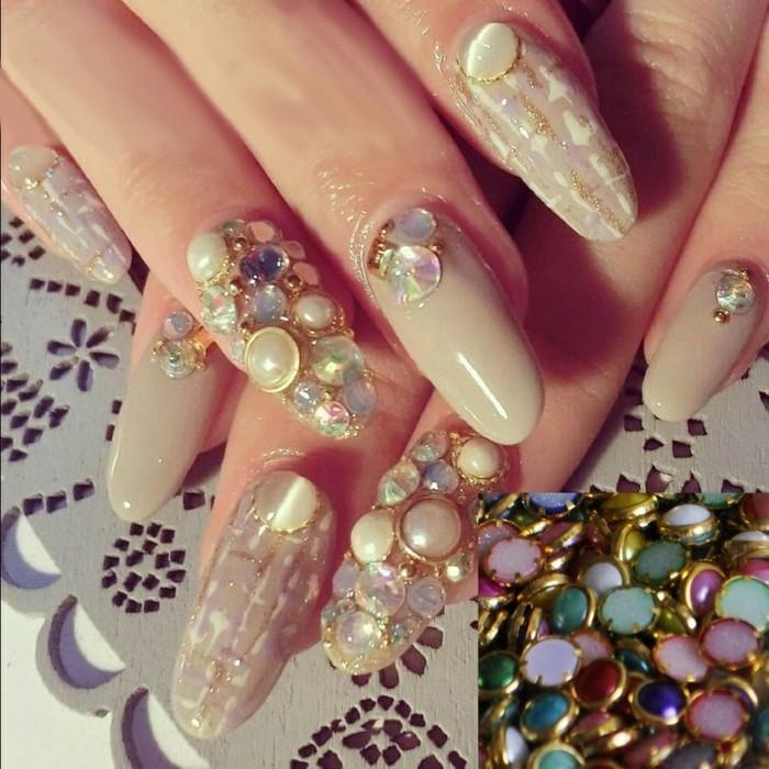 largas uñas de forma almendrada con cristales decorativos, uñas de gel 2017, foto de uñas