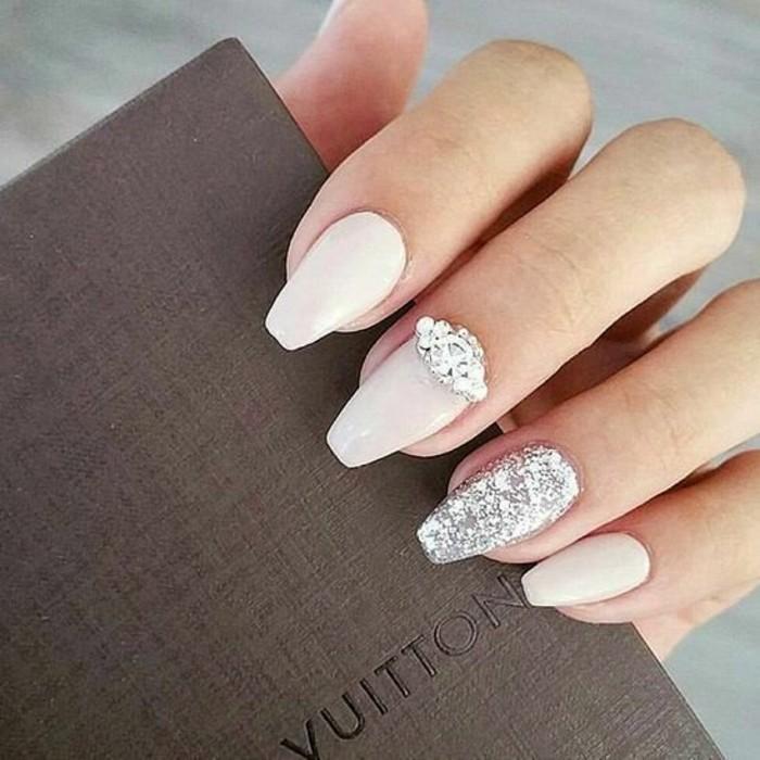 fotos de diseños de uñas para novias, largas uñas pintadas en beige con detalles decorativos