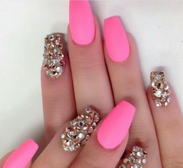 uñas de gel 2017, diseños de uñas extravagantes, uñas stiletto pintadas en rosado brillante con piedras