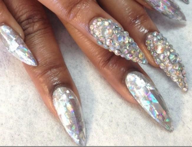 exclusivas ideas de diseños de uñas, uñas de gel 2017, uñas largas afiladas pintadas en plateado reluciente