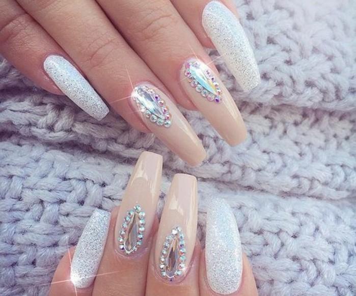 diseños de uñas super largas decoradas con cristales, uñas de gel 2017, uñas en beige y blanco