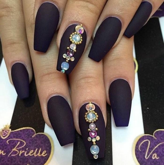 magníficos diseños de uñas con piedras, esmalte en color morado oscuro acabado mate y cristales