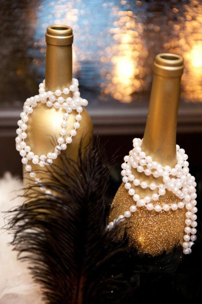 ideas de decoración de mesa en estilo vintage, botellas pintadas en dorado y perlas blancas