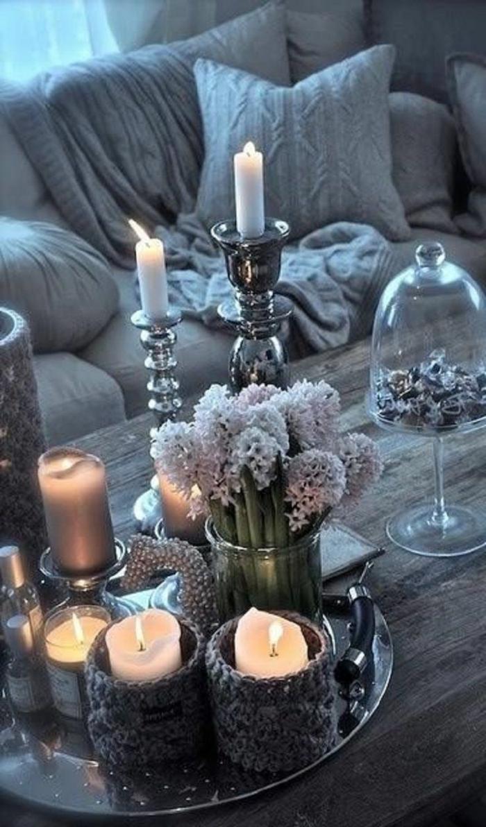 ideas para decorar la mesa, salón decorado en gris con candelabros, velas y flores, decoración vintage