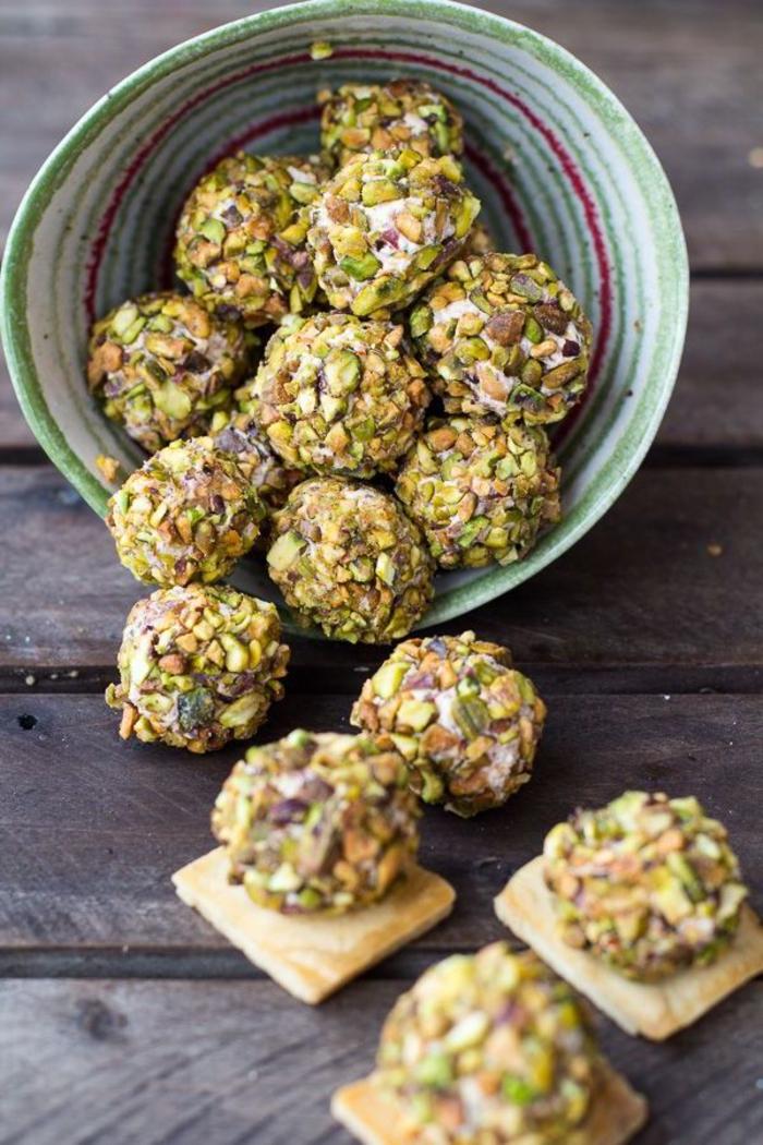 bolas de queso con nueces, ideas de aperitivos vegetarianos en fotos, entrantes paso a paso