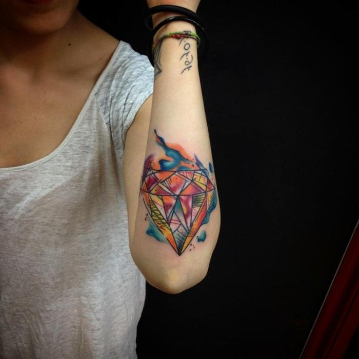 precioso diseño de tatuaje en el antebrazo, tatuaje diamante colorido, ideas de tatuajes acuarela con significado