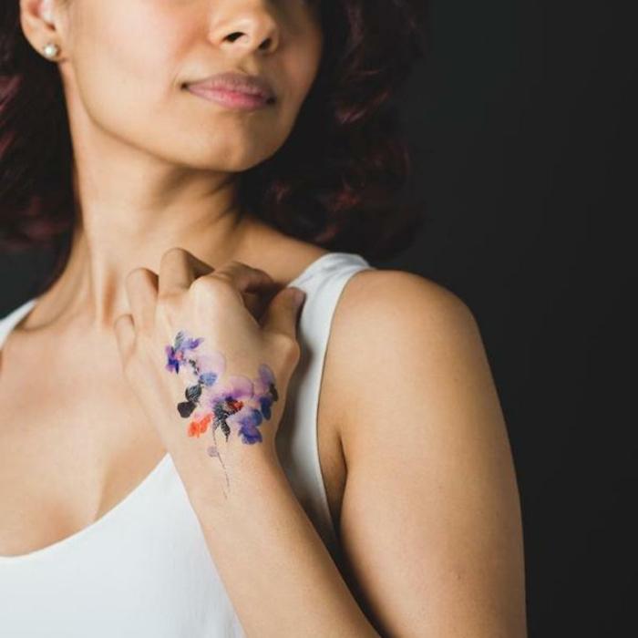 tatuaje acuarela temporal en la mano, adorables diseños de tatuajes con flores, tatuajes en colores bonitos