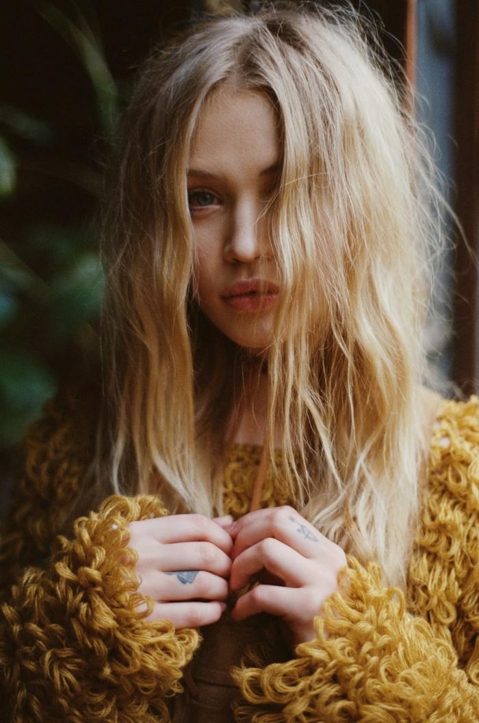 tatuajes en la mano y los dedos delicados y bonitos, tatuajes simbólicos en los dedos en imagines